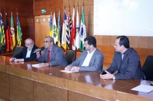 A mesa de abertura do evento teve o conselheiro aposentado Amadeu Machado, o conselheiro-substituto Davi Dantas, o presidente da Arom, Mário Alves, e o interventor do Sebrae-RO, Samuel Silva