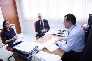 O diretor-geral da Escon/TCE, Raimundo Oliveira, durante a reunião com o diretor-geral do Ceaf/MP, promotor Jorge Romcy, e a diretora executiva Giselle Gadotti
