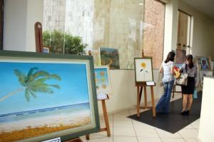 Quadros pintados pelos próprios servidores estão expostos no hall de entrada da sede do TCE