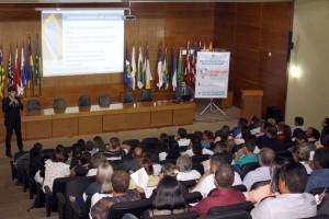 Os auditores de controle externo Felipe Mottin e Klebson Leonardo repassaram orientações informações aos participantes do encontro técnico no TCE-RO