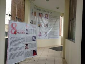 Painéis em homenagem ao Dia Internacional da Mulher foram colocados na entrada do prédio do TCE