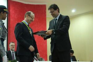 O conselheiro Paulo Curi entrega diploma da Medalha Mérito de Contas ao conselheiro Cezar Miola