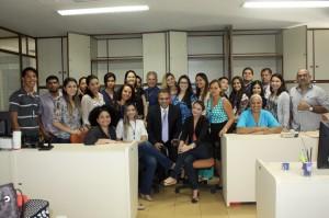 O conselheiro Edilson de Sousa e o secretário-geral de Controle Externo, José Luiz, com a equipe de servidores e estagiários da DCAP