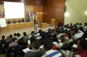 A instrutora Cleice Bernardo, servidora do TCE-RO, ministra a capacitação sobre projeto básico e termo de referência