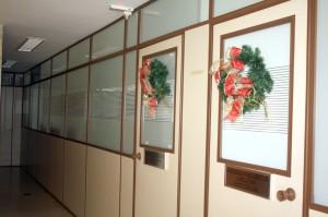 Guirlandas coloridas embelezam as dependências da sede do Tribunal