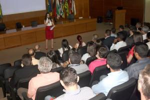 A servidora Clayre Telles coordenou dinâmica para os participantes do projeto