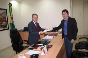 O conselheiro presidente do TCE, Edilson de Sousa, recebeu a representação das mãos do procurador-geral do MPC, Adilson Moreira