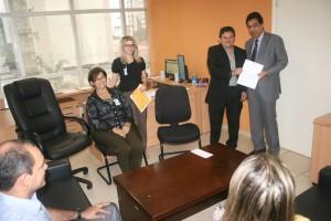 O conselheiro ouvidor Francisco Carvalho entregou ao superintendente da CGU-RO, João Mourão, projeto básico de ação para fomento à implantação de ouvidorias nos municípios