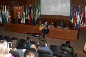 A servidora Samara em sua apresentação musical