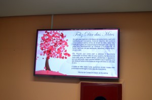 Nos painéis eletrônicos, mensagem destacando a importância da mãe no seio da família e em nossa sociedade
