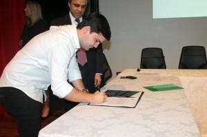 O prefeito de Jaru, João Gonçalves, assina o termo