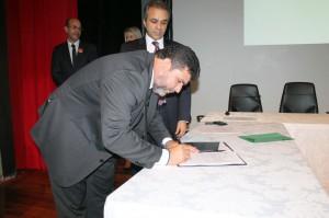 O presidente da Arom, Jurandir Oliveira, assina o termo