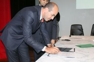 O presidente da Ucaver, vereador Ismail Crispim, assina o termo