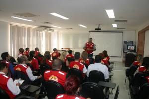 O tenente-coronel Abreu repassa orientações aos brigadistas que prestarão apoio durante o exercício de abandono do prédio do TCE