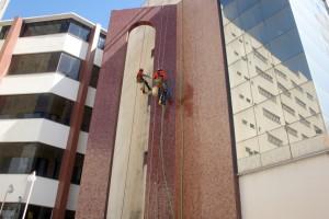 Está sendo feita a limpeza de todas as estruturas que compõem a fachada do prédio anexo