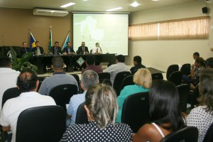 A mesa de debates com os instrutores da Escon/TCE