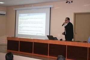Roger André, da Arom, apresentou números e informações sobre a situação dos municípios