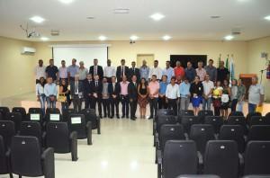Prefeitos, vereadores e técnicos com os membros do TCE-RO e a equipe técnica o Profaz