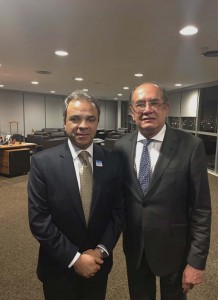 O presidente do TCE-RO, conselheiro Edilson de Sousa, com o ministro Gilmar Mendes, presidente do TSE, durante a cerimônia de assinatura do convênio