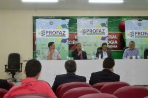 A mesa de trabalhos presidida pelo conselheiro Benedito Alves apresentou e discutiu os rumos da regularização fundiária no Estado