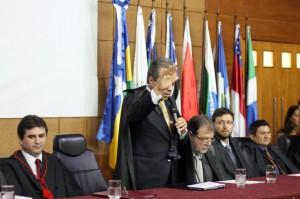 O presidente reeleito Edilson de Sousa em seu juramento de posse