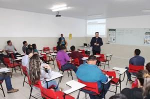 Os servidores Massud e Getúlio repassam informações sobre planejamento estratégico