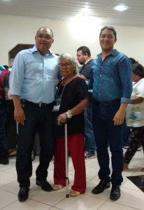 A conselheira de saúde Onesina com os instrutores Paulo Dias e Moisés Rodrigues