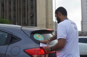 Com o consentimento dos motoristas, adesivos com a logo do aplicativo eram colados nos veículos