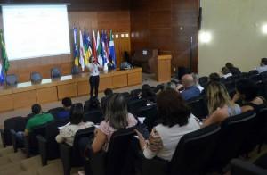 A instrutora Cleice de Pontes Bernardo ministrou curso aos jurisdicionados sobre licitações e suas modalidades