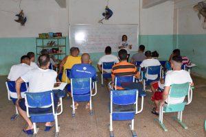 No programa, os reeducandos recebem orientação visando à produção de resenhas de livros para remição de pena