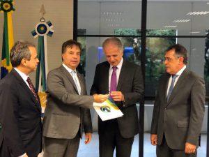Os conselheiros Fábio Nogueira (Atricon), Edilson de Sousa e Joaquim de Castro Neto (CNPTC) na entrega do documento ao ministro José Múcio